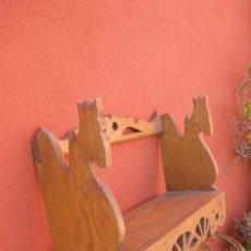 Antigüedades: PEQUEÑA ESTANTERIA DE PINO, CON CABEZAS DE CABALLO EN LOS LATERALES. Lote 35977171