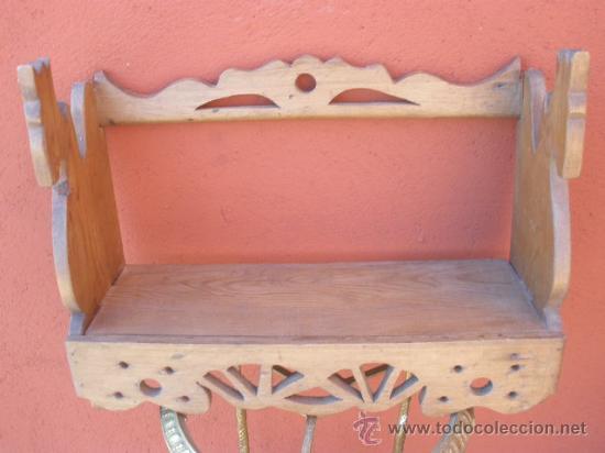 Antigüedades: PEQUEÑA ESTANTERIA DE PINO, CON CABEZAS DE CABALLO EN LOS LATERALES - Foto 2 - 35977171