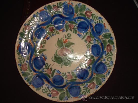 PLATO ORIGINAL Y MUY ANTIGUO DE CERAMICA DE TALAVERA. MULTICOLOR. DIBUJO FLORAL. LAÑADO (Antigüedades - Porcelanas y Cerámicas - Talavera)