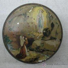 Antigüedades: CAJA METÁLICA RELIGIOSA SOUVENIR DE LOURDES. Lote 36039338