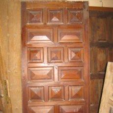 Antigüedades: PUERTA DE ENTRADA EN MADERA DE PINO CON CUARTERONES.. Lote 36163786