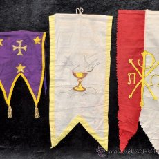 Antigüedades: LOTE DE 3 ESTANDARTES O BANDERAS RELIGIOSAS, BORDADAS Y UNA DE ELLAS PINTADA. CIRCA 1920-1930. Lote 36057235