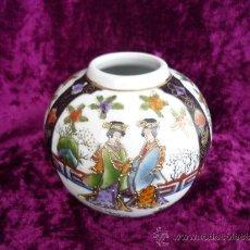 Antigüedades: TIBOR JAPONES PINTADO A MANO .ANTIGUO . BLANCO CON IMAGENES DE 2 CHICAS 10X10CM.. Lote 36135106