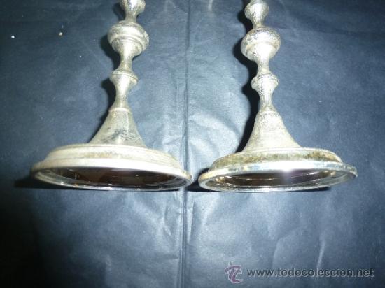 Antigüedades: pareja de candeleros de metal blanco - Foto 4 - 36158431