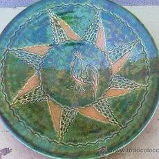 Antigüedades: VIEJO PLATO CON EL GALLO, FIRMADO TITO UBEDA. Lote 36169431