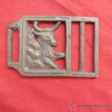 Antigüedades: BONITA HEBILLA DE BRONCE CON FIGURA DE TORO . Lote 36235800