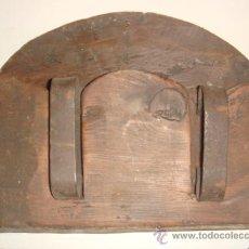 Antigüedades: ANTIGUO JUEGO DE 2 PLANCHAS DE HIERRO CON SU MUEBLE DE MADERA / AÑOS 20. Lote 178646653