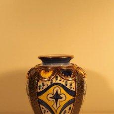 Antigüedades: JARRON CERAMICA VALENCIANA CON IMITACONES ADORNOS METALICOS. Lote 37298609
