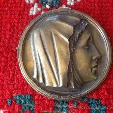 Antigüedades: ANTIGUA PLACA CIRCULAR RELIEVE . 15 CM DIÁMETRO. MATER DOLOROSA. FIRMA EN EL ANVERSO.. Lote 36315192