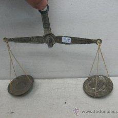 Antigüedades: ANTIGUA BALANZA DE HOJALATA PARA COLGAR. Lote 36368140