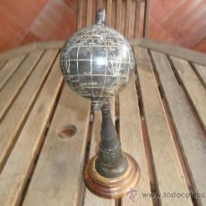 Antigüedades: ANTIGUO GLOBO TERRAQUEO EN METAL COBRE BRONCE NOMBRES TALLADOS EN INGLES Y CON PATINA BASE DE MADERA. Lote 36389481