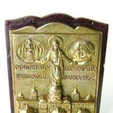 Antigüedades: ANTIGUA PLACA METÁLICA DEL CONGRESO EUCARÍSTICO AÑO 1952,BARCELONA. Lote 36436411