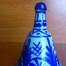 Antigüedades: ANTIGUA CAMPANA DE CERAMICA CATALANA BLANCO/AZUL.. Lote 36499318