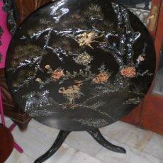 Antigüedades: MAGNIFICA MESA CHINA. PLEGABLE. MADERA LACADA. CON INCRUSTACIONES DE NÁCAR. EXCELENTE ESTADO.. Lote 36579350