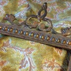 Antigüedades: ANTIGUO Y CURIOSO MARCO DE BRONCE CON DECORACIÓN. COPETE. Lote 36598582