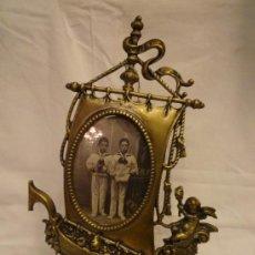 Antigüedades: PORTAFOTOS BRONCE CIRCA 1920. Lote 36617579
