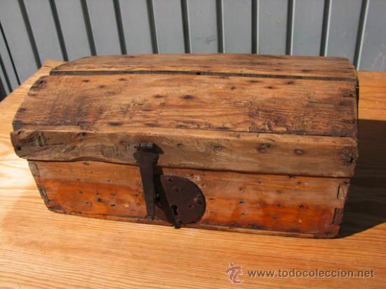 Antiguo y peque o baul de madera con cerradura comprar - Decoracion con muebles antiguos ...
