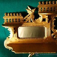 Antigüedades: EXPOSITOR MENSULA REPISA PARA COLGAR, DE MADERA PINTADA CON PAN DE ORO - 32X28 CM. - AÑO 1898. . Lote 36746239