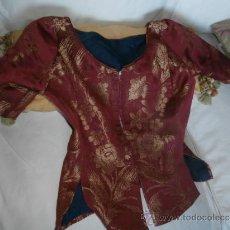 Antigüedades: BONITO CORPIÑO COLOR GRANATE Y ORO. Lote 36772360