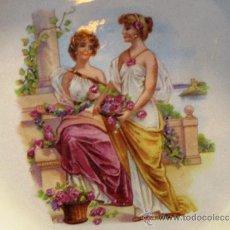 Antigüedades: PAREJA DE ANTIGUOS PLATOS PORCELANA ESCENAS ROMANTICAS. Lote 20735387