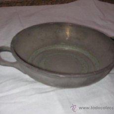 Antigüedades: ANTIGUA HONDILLA METAL CON ASAS VAJILLA DE UN VIEJO HOTEL CON LA MARCA HUSA. Lote 37014518