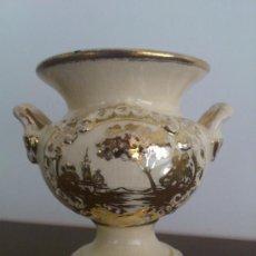 Antigüedades: ANTIGUO JARRÓN MODERNISTA EN PORCELANA DECORADO EN ORO, DEL ESCULTOR ANTONIO PEYRO MEZQUITA .. Lote 36863998