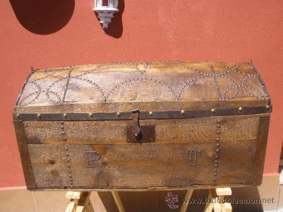 Ba l de ajuar madera y decorado con tachuelas comprar - Decoracion con baules ...
