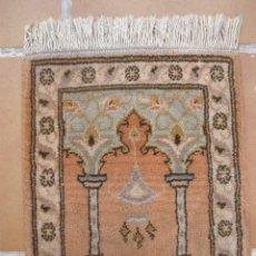 Antigüedades: MINUSCULA ALFOMBRA DE LANA. 35CM X 41CM. Lote 36954756