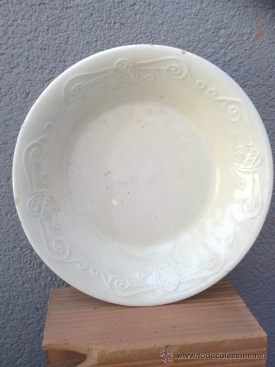 ANTIGUA FUENTE CON DECORACION EN RELIEVE,SELLADA, POSIBLEMENTE ALCORA (Antigüedades - Porcelanas y Cerámicas - Alcora)