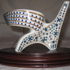 Antigüedades: SARGADELOS - FIGURA EN CERAMICA, CON PEANA DE MADERA.. Lote 37010282