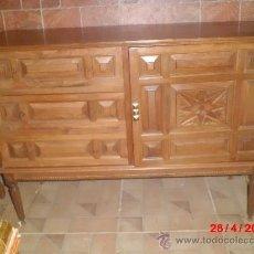 Antigüedades: CHOLLAZO COMODA CASTELLANA DE MADERA TALLADA. Lote 36963070