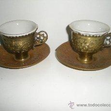 Antigüedades: PRINCIPIOS DE SIGLO JUEGO DE CAFE EN BRONCE Y PORCELANA SELLADA RIBETE PINTADO EN ORO. Lote 243942395