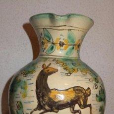 Antigüedades: JARRA CERÁMICA PUENTE ARZOBISPO CON CIERVO Y ARBOLES .. Lote 149409128