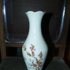 Antigüedades: JARRON DE PORCELANA SANGO CON FLORES. Lote 37007152