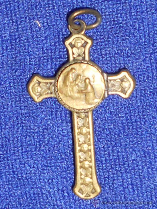 ANTIGUO CRUCIFIJO DE BRONCE CON GRABADOS .Y UNA MEDALLITA DENTRO . (Antigüedades - Religiosas - Cruces Antiguas)