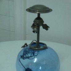 Antigüedades: LAMPARA ANTIGUA DE SOBREMESA DE GLOBO DE 1910 APROXI.. Lote 37096241