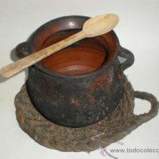 Antigüedades: JUEGO OLLA BARRO VIDRIADO 2 ASAS, SALVAMANTEL DE ESPARTO Y CUCHARA DE PALO. Lote 37098723