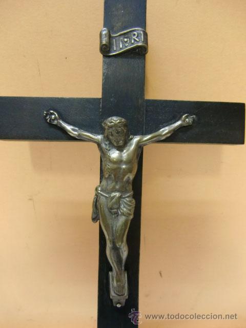 Antigüedades: Crucifijo de metal en cruz de madera - Foto 2 - 37137499