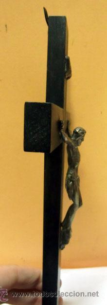 Antigüedades: Crucifijo de metal en cruz de madera - Foto 3 - 37137499
