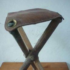 Antigüedades: MUY ANTIGUA BANQUETA DE CAZA PLEGABLE DE MADERA Y CUERO. AÑOS 40. Lote 37176414