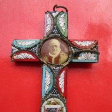 Oggetti Antichi: BONITA CRUZ , CON INCRUSTACIONES - DEL PAPA JUAN XXIII , 23 - AÑOS 50 ROMA , CRICIFIJO. Lote 37198936