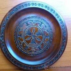 Antiques - Plato de madera labrado y con incrustaciones en bronce. - 56373428