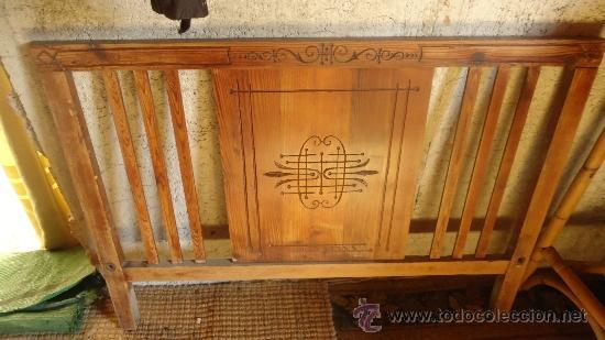 ANTIGUO CABEZAL CABECERO DE CAMA EN MADERA TALLADA PRIMEROS DE SIGLO XX MODERNISTA (Antigüedades - Muebles Antiguos - Camas Antiguas)