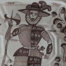 Antigüedades: BANDEJA OCHABADA LA MENORA TALAVERA CON SOLDADO ALABARDERO DE FLANDES SEGUN MODELO S. XVII. Lote 37304936