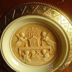 Antigüedades: ANTIGUA LAMPARA DE COMUNIÓN EN PASTA BAQUELITA O LUCITE O PLÁSTICO DURO, RELIEVE ANGELES. Lote 37314317