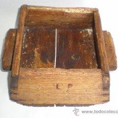 Antigüedades: ANTIGUO CAJÓN-BARCELLA DE MADERA, MEDIDA DE GRANO,2 ASAS, LETRAS PIROGRABADAS, ALTURA 12, BASE 21X21. Lote 37321008