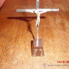 Antigüedades: CRUCIFIJO DE METAL CON PEANA DE MADERA. . Lote 37334867