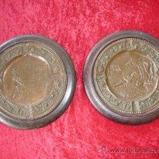 Antigüedades: PAREJA DE PLATOS ANTIGUOS DE LATON REPUJADO Y MADERA, CON ESCENAS DEL QUIJOTE. . Lote 37435978