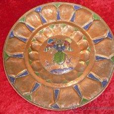 Antigüedades: PLATO EN COBRE CON ESMALTE CENTRAL, ANTIGUO. Lote 37446045