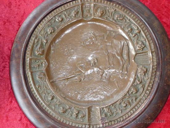 Antigüedades: Pareja de platos antiguos de laton repujado y madera, con escenas del Quijote. - Foto 2 - 37435978